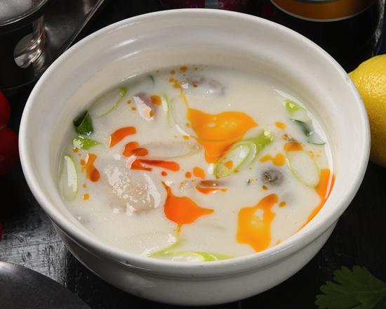 トムカー・ガイ/鶏肉の甘酸っぱいココナッツスープ